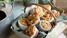 czekoladowe muffiny z brzoskwiniami i kruszonką orzechową