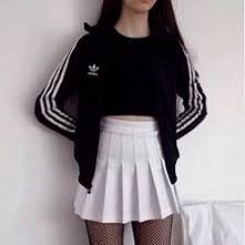 Podoba wam się połączenie sportowej bluzy ze spódniczką?