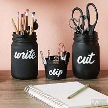 Słoik pomaluj czarną farbą/spryskaj lakierem, podpisz pisakiem i gotowe ;) źródło: pinterest