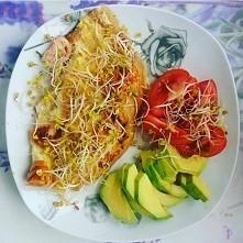 Śniadanie białkowo - tłuszczowe. Omlet z łososiem, awokado, pomidor, kiełki