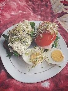 Chleb żytni, jajko, ryba, sałata, roszponka i kiełki ♡