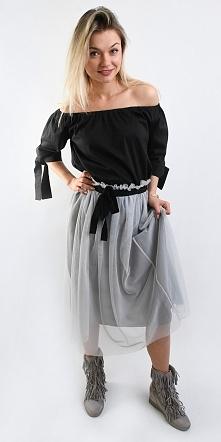 Jeden z najseksowniejszych zestawów tej wiosny! Czarna bluzka hiszpanka idealnie pasuje do jasno szarej tiulowej spódnicy do połowy łydki! Do tego outfitu możecie dobrać eleganc...