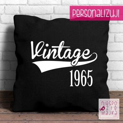 """Poduszka Vintage [rok]  Vintage 1965? 1972? I mężczyźni i kobiety są jak wino! Styl vintage jest w modzie, więc podaruj na urodziny jubileuszową poduszkę!  Jak spersonalizować poduszkę? Zamów, a w """"komentarzu do zamówienia"""" napisz, jaki rok mamy na niej umiescić."""