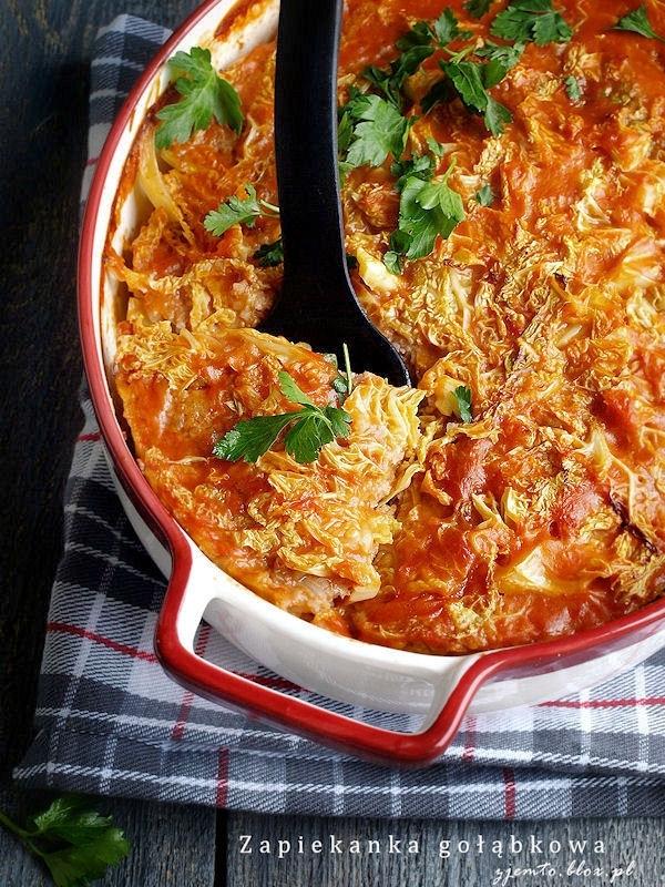 Zapiekanka gołąbkowa  Składniki:  kapusta włoska (800 g) 700 g mięsa mielonego (użyłam karkówki) 150 g ryżu 1 cebula 2 łyżki oleju sól, pieprz, majeranek (opcjonalnie) sos:  2 łyżki masła 2 łyżki mąki 1,5 łyżki koncentratu pomidorowego 500 ml bulionu (można zastąpić 500 ml wody + 2 łyżki sosu sojowego)  Sposób wykonania:  Kapustę poszatkować. Obgotować w osolonej wodzie 10 minut. Odcedzić.  Ryż ugotować na sypko. Wystudzić.  Na patelni rozgrzać olej. Dodać pokrojoną w kostkę cebulę i lekko posolić. Smażyć, aż cebula ładnie się zeszkli.  Do mięsa dodać podsmażoną cebulę i ugotowany ryż. Doprawić solą, pieprzem i majerankiem. Dokładnie wymieszać.  Przygotować sos:  W rondelku rozgrzać masło, dodać mąkę i energicznie zamieszać. Smażyć ok. 1 minuty. Rondelek odstawić z ognia i wlać połowę bulionu. Mieszankę energicznie zamieszać i postawić z powrotem na ogień. Cały czas mieszając doprowadzić do wrzenia. Ponownie odstawić z ognia i wlać pozostały bulion. Zamieszać. Znów postawić na ogniu i cały czas mieszając zagotować. Na końcu dodać koncentrat pomidorowy. W razie potrzeby doprawić do smaku solą, pieprzem lub sosem sojowym.  Duże naczynie do zapiekania wysmarować masłem lub olejem. Na dnie naczynia ułożyć 1/3 część kapusty. (patrz zdj.) Na kapuście rozsmarować połowę farszu mięsnego i zalać mniejszą częscią sosu. Ułożyć kolejną część kapusty, przykryć farszem mięsnym i zalać pozostałym sosem. Na wierzch ułożyć ostatnią część kapusty i lekko przemieszać ją z sosem. Naczynie z zapiekanką przykryć folią aluminiową. Wstawić do nagrzanego piekarnika. Piec przez 60 minut w temp. 180 C. Zdjąć folię i piec jeszcze bez przykrycia przez 10 minut.  Smacznego :)