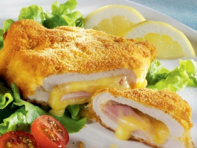 Filety z kurczaka w stylu francuskim  Składniki na 4 porcje: - 2 filety z kurczaka - 4 plastry szynki - 4 plastry żółtego sera - 2 łyżki mąki - 1 jajko - 2 łyżki mleka - 3/4 szklanki tartej bułki - olej do smażenia - sól - pieprz  Sposób wykonania: 1. Filety opłucz, osusz. Każdy przekrój w poprzek na dwa płaty. Potem przy użyciu długiego, ostrego noża zrób w każdym z nich nacięcie.  2. Filety oprósz solą i pieprzem. W środek każdego włóż złożony plaster szynki owinięty plastrem sera. Nacięcia zepnij wykałaczkami.  3. Kieszonki panieruj kolejno w mące, jajku rozmieszanym z mlekiem i tartej bułce. Połóż na rozgrzany olej i usmaż na złoty kolor.