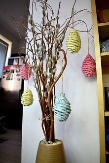 Pastelowe jajka z papierowej wikliny jako wielkanocna dekoracja domu.