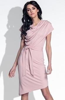 Fobya F378 sukienka pudrowy róż Elegancka sukienka, wykonana z gładkiej dzianiny, góra ozdobiona efektownym dekoltem typu woda