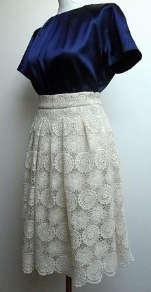 Spódnica z bawełnianej koronki i satynowa bluzka.  Więcej zdjęć na FB: @Kusho...