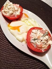 kolacja - jajka w koszulkach/ pomidory z serkiem wiejskim oraz ogórkiem :)