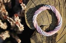 Pastelowa bransoletka bangle wykonana ściegiem brick stitch