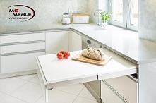 Biała przestronna kuchnia od MS-Meble. Na zdjęciu wysuwany dodatkowy blat.