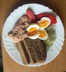 Moja propozycja zdrowego i pożywnego drugiego śniadania: tuńczyk w oleju roślinnym, chleb żytni, dwa jajka, papryka i kiełki brokuła.  Jestem uradowana i bardzo z siebie dumna. ...