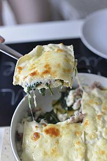 2 op świeżego szpinaku 6-8 płat lasagne 3-4 łyżki oliwy 1 cebula drobno posiekana 2 ząbki czosnku kilka plastrów prosciutto 250 g sera gorgonzola pieprz sól  Sos beszamelowy: 4 łyżki masła 3 łyżki mąki 600 ml mleka 2 liście laurowe 100 g startego parmezanu (zastępuję startym serem mozzarella) kilka kropel soku z cytryny  W garnku osolonej wody gotujemy płaty lasagne. Oliwę rozgrzewamy na patelni i podsmażamy posiekaną cebulę wraz z rozgniecionym czosnkiem. Dodajemy zblanszowany szpinak, doprawiamy solą i pieprzem. Całość podsmażamy 7 min. Dodajemy kawałki sera gorgonzola. Plastry prosciutto kroimy na cienkie kawałki i podsmażamy. Sos beszamelowy: w rondlu rozpuszczamy masło dodając mąkę. Mieszamy. Zmniejszamy ogień i stale mieszając stopniowo dodajemy mleko oraz liście laurowe. Ostudzamy. Dodajemy starty parmezan i doprawiamy szczyptą soli oraz kilkoma kroplami soku z cytryny lub octu winnego. Na natłuszczonym spodzie żaroodpornego naczynia, układamy ugotowane płaty lasagne. Pokrywamy szpinakiem oraz podsmażoną prosciutto. Przykrywamy sosem beszamelowym, posypujemy startym serem i nakładamy kolejne płaty. Czynność tę powtarzamy. Ostatnią warstwę powinny stanowić płaty lazanii. Dodatkowo możemy posypać startym serem parmezanem lub mozzarellą. Wstawiamy do piekarnika do 180 st i pieczemy 15 min.