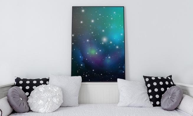 Ogrom Wszechświata fascynuje naukowców od bardzo dawna. W przestrzeni kosmicznej znajduje się tak wiele planet, gwiazd i innego rodzaju obiektów, iż możemy poczuć się wręcz przytłoczeni pięknem i ciszą, która znajduje się nad nami. Wielu pisarzy science fiction brało sobie Wszechświat na warsztat i tworzyło wspaniałe opowieści. Dlaczego więc w pokoju naszego syna nie miałby pojawić się odpowiedni plakat? Kosmos to wdzięczny temat, który może zainteresować dziecko astronomią, a któż nie chciałby mieć małego fizyka w domu?