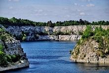 Zalew Zakrzówek (woj. małopolskie)- zalew Zakrzówek powstał w 1990 po zalaniu starego kamieniołomu wapienia. Składa się on z dwóch zbiorników, połączonych przesmykiem. Brzegi za...