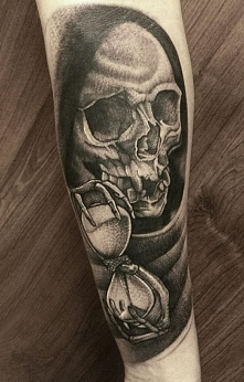 śmierć z klepsydrą tatuaż na rece