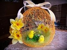 Wielkanocne jajo. Stroik wykonany z muliny i krochmalu. Ozdobiłam go sizalem, kurczaczkami, wstążką i sztucznymi żonkilami.