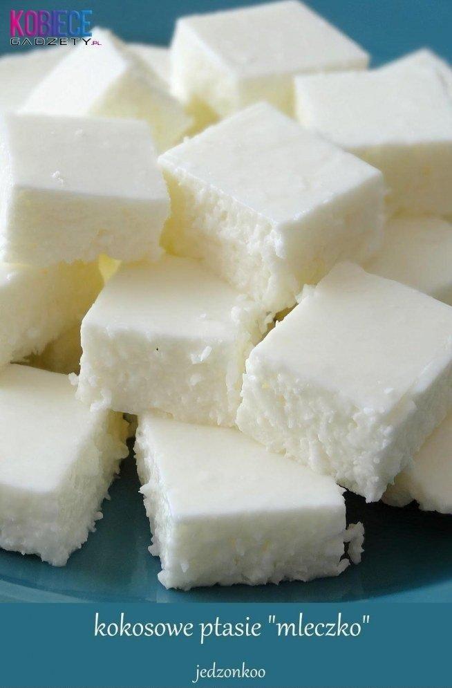 """Kokosowe ptasie """"mleczko"""" w wersji jogurtowej   400g jogurtu naturalnego,  4 łyżki cukru pudru,  szklaneczka wiórków kokosowych,  1/3 szklanki gorącej wody,  3 łyżeczki żelatyny w proszku  Do miski przekładam jogurt i mieszam go aby rozluźnić masę. Przesiewam do tego cukier puder, mieszam dokładnie, kosztuję, jeżeli nadal jest dla Was za mało słodkie to dodawajcie po łyżeczce cukru pudru, aż uzyskacie odpowiedni poziom słodkości. Następnie przesypuję wiórki kokosowe, mieszam dokładnie i odstawiam na bok.Do 1/3 szklanki gorącej, przegotowanej wody przesypuję żelatynę i dokładnie mieszam aż się całkowicie rozpuści, odstawiam do ostygnięcia. Jak żelatyna jest już chłodna to przelewam ją do masy jogurtowej, stale ją mieszając. Przygotowuję naczynie, w którym będę chłodzić masę w lodówce, wykładam je najlepiej dwiema warstwami foli aluminiowej, dzięki temu łatwo wyjmiemy masę. Przelewam wszystko do formy, rozsmarowuję równo, od wierzchu przykrywam folią, żeby nie przeszło zapachami z lodówki i wstawiam do lodówki najlepiej na całą noc. Następnego dnia wyjmuję formę z lodówki, delikatnie wyjmuję folię aluminiową z masą, delikatnie odrywam ją od brzegów masy. Przygotowuję w dzbanku bardzo ciepłą wodę, w której będę moczyć nóż po każdym cięciu, dzięki temu wyjdą równe krawędzie. Odkrawam nierówne krawędzie a resztę kroję w kostkę ok 2x2cm. Przekładam na talerz i podaję, w razie co przechowuję w lodówce."""