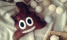 Zabawna poduszka wzorowana na emotikonie poop @brzostula