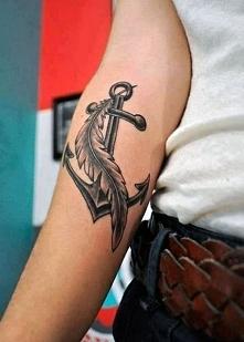 tatuaż kotwica i pióro