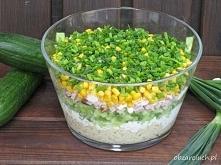 Znakomita warstwowa sałatka makaronowa z ogórkiem, szynką i kukurydzą z dodat...