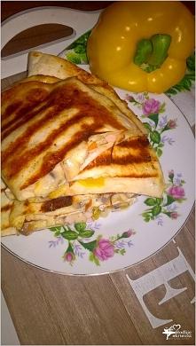Grillowane tortille z serem korycińskim, kurczakiem i pieczarkami