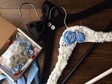 Para dekoracyjnych wieszaków do sesji ślubnej.