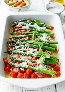 Filety z kurczaka zapiekane z pomidorkami koktajlowymi, szparagami i parmezan...
