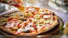 Pizza z kurczakiem, papryką, marchewką i pomidorami