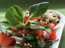 Sałatka warzywna z musztarda francuska jest idealna do potraw z grilla.