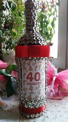 Dla siostry na czterdzieste urodziny. Do wykonania potrzebne bylo okolo 450 pinezek na butelke 0.75.
