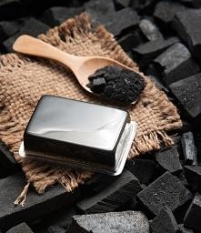 Mydło z węglem aktywnym - przepis diy  Składniki: 1 kostka naturalnego, ekologicznego mydła  2 łyżki masła kakaowego lub shea  2 łyżki masła kombo  1,5 łyżki węgla aktywnego z k...
