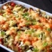 Zapiekanka gyros. 150 g ryżu 1 podwójna pierś z kurczaka 1 cebula 6 ogórków konserwowych 1 czerwona papryka pół puszki kukurydzy konserwowej 150 g żółtego sera 3 łyżki ketchupu 3 łyżki majonezu 2 łyżki śmietany 18% 2-3 ząbki czosnku sól, pieprz, przyprawa do gyrosa, papryka ostra  Przygotowanie: Ryż ugotować na sypko. Kurczaka opłukać, osuszyć papierowymi ręcznikami i pokroić w kosteczkę. Mięso usmażyć na rozgrzanej patelni na złocisty kolor. Następnie doprawić je solą, pieprzem, papryką ostrą oraz przyprawą do gyrosa. Z majonezu, ketchupu, śmietany oraz czosnku robimy sos. Naczynie żaroodporne wysmarowujemy margaryną i rozkładamy równomiernie ryż. Następnie wykładamy kurczaka, polewamy go połową sosu i posypujemy połową tartego sera. Warzywa kroimy w kosteczkę i układamy w naczyniu. Polewamy resztą sosu i posypujemy resztą sera. Tak przygotowaną zapiekankę zapiekamy temperaturze 180 stopni przez 30 minut. Smacznego :)