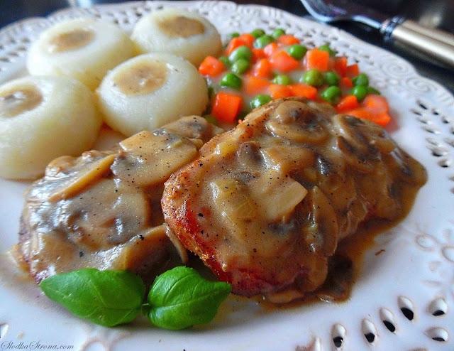 Schab duszony w sosie pieczarkowym  Składniki: 500 g schabu wieprzowego sól, pieprz olej do smażenia ok. 1/3 szklanki mąki 4 liście laurowe 5 kuleczek ziela angielskiego kilka kuleczek całego pieprzu kolorowego  Sos Pieczarkowy: 250 g pieczarek duża cebula 2 łyżki masła sól, pieprz 2 łyżki kwaśnej śmietany  Sposób przygotowania: Schab porcjujemy na ok. 1 cm plastry. W każdy z nich wcieramy sól i pieprz. Odkładamy na minimum godzinę, a nawet całą noc.  Każdy z kotlecików smażymy na niewielkiej ilości oleju do mocnego zrumienienia, a nawet zbrązowienia.  Gdy już każdą porcje schabu podsmażymy, wszystkie umieszczamy w naczyniu w którym się smażyły, dodajemy liście laurowe, pieprz, ziele angielskie i zalewamy ok. 700 ml wody. Wszystko dusimy na niedużym ogniu przez minimum 70 minut.   Cebulkę kroimy w drobną kosteczkę i podsmażamy na maśle. Gdy się zrumieni dodajemy pokrojone w plasterki pieczarki i smażymy do momentu wyparowania ewentualnej wody.  Schab wyjmujemy z gotującego się wywaru i przekładamy do szczelnego naczynia aby nie wystygło.  Do wywaru dodajemy przesmażone pieczarki. Gdyby sos okazał się zbyt gęsty dodajemy więcej wody, gdy za rzadki możemy zagęścić wlewając łyżeczkę mąki rozpuszczoną w niewielkiej ilości zimnej wody.  Do powstałego sosu wrzucamy mięso i wszystko razem podgrzewamy przez kilka minut.