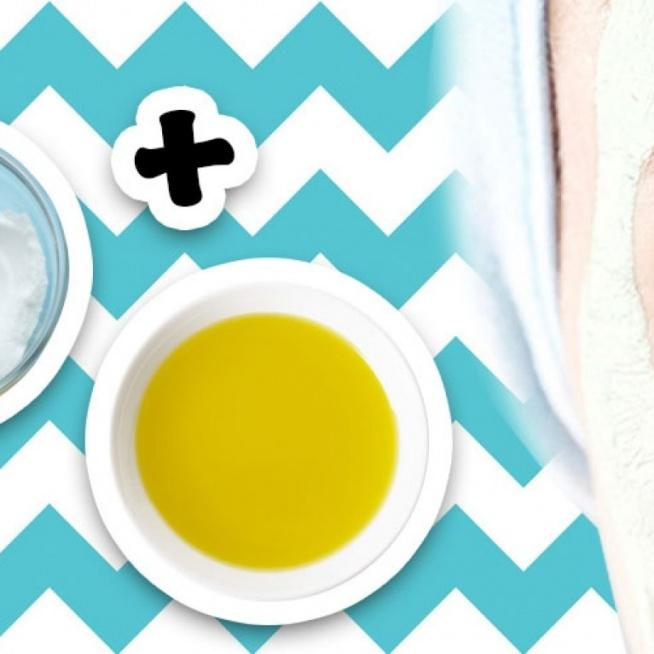 Domowa mikrodermabrazja zakłada stworzenie prostego kremu, który przygotujesz używając 2 składników, które na pewno masz w kuchni. Chodzi o oliwę z oliwek i sodę oczyszczoną. Oliwa + soda = domowa mikrodermabrazja  Te dwa składniki trzeba wymieszać na miękką pastę w małej miseczce. Następnie nałożyć miksturę na suchą skórę i masować około 7 minut okrężnymi ruchami, unikając okolic oczu. Mikrodermabrazję zastosuj również na skórę dekoltu i szyi. Na koniec spłukać twarz ciepłą wodą.  Tę samą pastę możesz przygotować również na bazie wody albo oliwę z oliwek zastąpić słodkim olejkiem migdałowym albo żelem z aloesu. Przy skórze tłustej i mieszanej stosuj taki peeling raz w tygodniu, przy suchej i wrażliwej - raz na 2 tygodnie . Także jako maska i inne składniki, które możesz dodać  Pastę oliwkowo-sodową można też zastosować jako maskę i zostawić na 20 minut, a następnie delikatnie masować skórę podczas spłukiwania. Możesz dodać miód, by wzbogacić zabieg we właściwości antybakteryjne i nawilżające. Sok z cytryny lub pomarańczy sprawi, że peeling zyska działanie rozjaśniające.Co po takiej mikrodermabrazji? Ponieważ soda ma zasadowy odczyn, po jej zastosowaniu trzeba przywrócić naturalne Ph skóry. W tym celu zastosuj tonik. Może to być na przykład domowy tonik z octu jabłkowego. Wymieszaj 3 części wody z jedną częścią octu i nakładaj na twarz za pomocą wacika.  Jakie efekty zobaczysz? Domowa mikrodermabrazja świetnie usuwa martwe komórki naskórka i wygładza cerę, a także wyraźnie zmniejsza blizny potrądzikowe i usuwa zaskórniki.