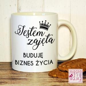 """""""Jestem zajęta, buduję biznes życia"""" - motywacyjny kubeczek dla każdej królowej biznesu! Cena - 15 zł Kliknij w zdjęcie aby przejść do sklepu!"""