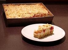 Kruche ciasto z budyniową pianką. Ciasto: 2,5 szklanki mąki 250 g zimnego masła 2 łyżeczki proszku do pieczenia 3 łyżki cukru pudru 5 żółtek masło do wysmarowania i bułka tarta ...