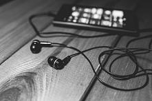 Kocham muzykę bo gdy jej słucham, słyszę tylko co co słyszeć chcę. Chcę się z...
