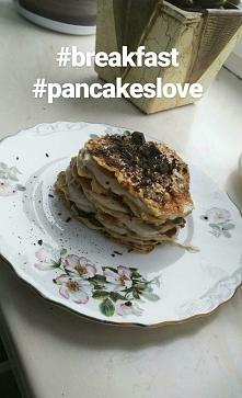 Twarogowe pancakes z sosem z masła orzechowego i serka waniliowego