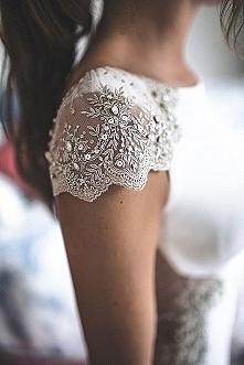 Piękny rękawek sukni ślubnej