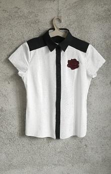 Nowa biała koszula z granatowym kołnierzem. Materiał w groszki. Naszywka-Róża...