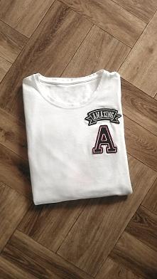 Biała dopasowana bluzka/koszuka z długim rękawem i naszywkami. Rozmiar S.