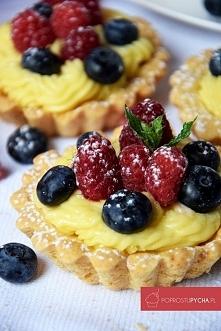 Tartaletki z kremem pâtissière i owocami lata
