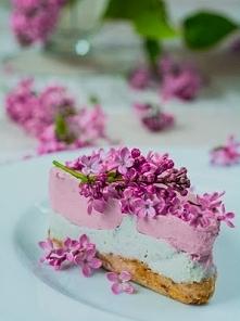 Wiosenny sernik z kwiatów bzu i malin