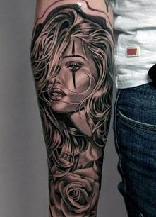 tatuaże męskie twarz kobiety na ręce