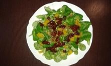 sałatka z roszponki,  suszonych pomidorów , żółtej papryki , siemię lniane,  prazony słonecznik , czosnek , bazylia i oliwa z oliwek ♥