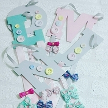idealny prezent na Dzień Dziecka, kolorowe wieszaki na spinki i opaski