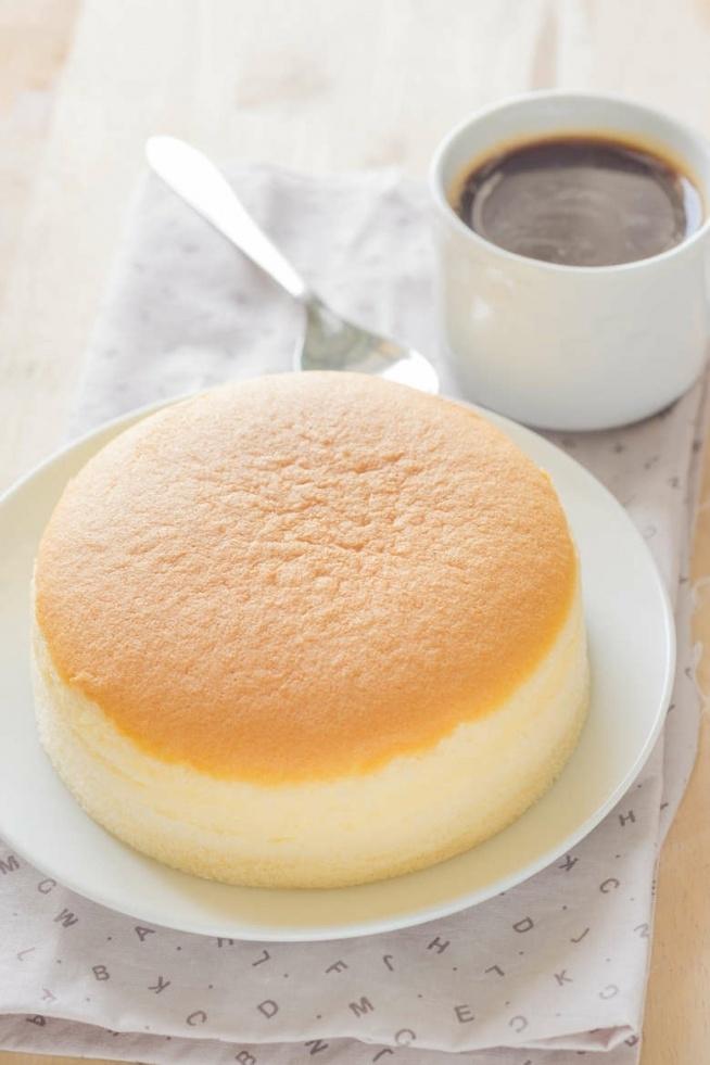 Przepis na sernik z 3 składników:  3 sporej wielkości wiejskie jajka1 tabliczka białej czekolady120 g twarogu 3-krotnie zmielonego. Sposób przygotowania:  Delikatnie oddzielamy żółtka od białek, umieszczając w osobnych miseczkach. Ważne jest, by wcześniej schłodzić białka w lodówce - przykryć folią spożywczą przed ich ubiciem na sztywna pianę. Tabliczkę ulubionej białej czekolady kruszymy, przygotowując wcześniej rondelek z parującą wodą i miseczkę. W kąpieli wodnej roztapiamy czekoladę i czekamy aż wystygnie. Delikatnie łączymy z serem, wcześniej oddzielonymi żółtkami, aż do uzyskania kremowej konsystencji.  Następnie ubijamy białka na sztywno, po czym posługując się silikonową szpatułką, delikatnie wprowadzamy je do kremowej masy tak, aby zachować pęcherzyki powietrza nadające puszystość. Wlewamy zawartość do formy wyłożonej papierem do pieczenia, dodatkowo posmarowanym masłem. Jest to ważny punkt, by sernik nie pękał.  Do rozgrzanego piekarnika do 170 stopni Celsjusza wkładamy sernik na 15 minut, stawiając go na blasze z odrobiną gorącej wody, która jest kluczowa podczas pieczenia w kąpieli wodnej.Po upływie czasu, wyłączmy piekarnik, nadal pozostawiając w nim sernik na 15 minut, co da gwarancję, że zbyt gwałtowna różnica temperatur nie spowoduje pękania.