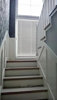 Białe żaluzje drewniane 50mm.  Więcej na: FB: Nasze Domowe Pielesze Instagram: domowe.pielesze