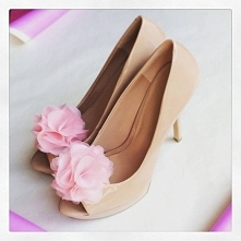 Klipsy do butów, wykonane z różowego jedwabiu - idealne do Twoich ślubnych butów :(  Klipsy są dostępne w sklepie internetowym Madame Allure.